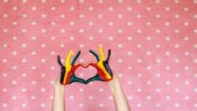 Βρώμικος χρωματισμένος ζωηρόχρωμος χεριών παρουσιάζει καρδιά Η έννοια της ευτυχίας, της αγάπης, της τέχνης, της δημιουργικών, καλ απόθεμα βίντεο