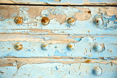 βρώμικο γδυμένο χρώμα στο μπλε ξύλινο σκουριασμένο καρφί πορτών στοκ εικόνες με δικαίωμα ελεύθερης χρήσης