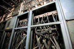 Βρώμικο ηλεκτρικό καλώδιο στον πίνακα Στοκ Εικόνες