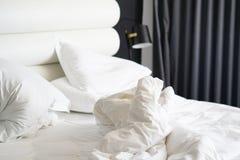 Βρώμικο κρεβάτι στο ξενοδοχείο Βρώμικο γενικό δωμάτιο μαξιλαριών κρεβατιών Στοκ εικόνες με δικαίωμα ελεύθερης χρήσης
