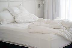 Βρώμικο κρεβάτι στο ξενοδοχείο Βρώμικο γενικό δωμάτιο μαξιλαριών κρεβατιών Στοκ εικόνα με δικαίωμα ελεύθερης χρήσης