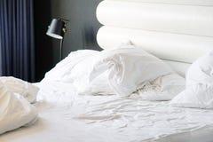 Βρώμικο κρεβάτι στο ξενοδοχείο Βρώμικο γενικό δωμάτιο μαξιλαριών κρεβατιών Στοκ φωτογραφία με δικαίωμα ελεύθερης χρήσης