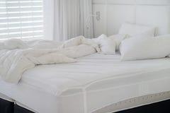Βρώμικο κρεβάτι στο ξενοδοχείο Βρώμικο γενικό δωμάτιο μαξιλαριών κρεβατιών Στοκ φωτογραφίες με δικαίωμα ελεύθερης χρήσης