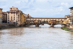 Βρώμικο νερό Arno και Ponte Vecchio το φθινόπωρο Στοκ εικόνες με δικαίωμα ελεύθερης χρήσης