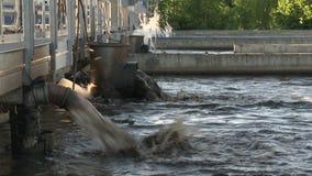 Βρώμικο νερό squirt από τους σωλήνες στο εργοστάσιο επεξεργασίας υδάτινων έργων r απόθεμα βίντεο