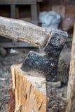 Βρώμικο ξύλινο τσεκούρι, κολόβωμα μπριζολών τσεκουριών για το καυσόξυλο στο αγρόκτημα Στοκ Εικόνες
