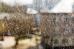 Βρώμικο παράθυρο από τη βροχή φθινοπώρου Στοκ εικόνα με δικαίωμα ελεύθερης χρήσης
