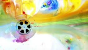 Βρώμικο πιάτο με το χρώμα Στοκ Φωτογραφίες