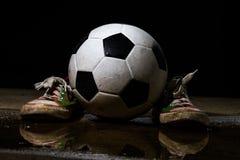 βρώμικο ποδόσφαιρο σφαιρ Στοκ Εικόνες