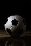 βρώμικο ποδόσφαιρο σφαιρ Στοκ Φωτογραφίες