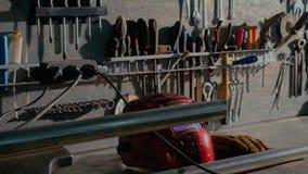 Βρώμικο σύνολο εργαλείων και wrenchs κινηματογράφησης σε πρώτο πλάνο χεριών στο κιβώτιο Χρωματίζοντας υπηρεσία αυτοκινήτων γκαράζ στοκ φωτογραφία με δικαίωμα ελεύθερης χρήσης