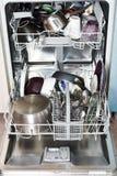 Βρώμικο cookware στο πλυντήριο πιάτων κουζινών στοκ εικόνα