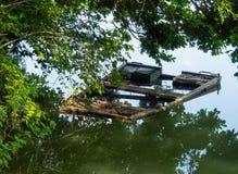 Βυθίζοντας παλαιά βάρκα ακόμα στο νερό Στοκ φωτογραφίες με δικαίωμα ελεύθερης χρήσης