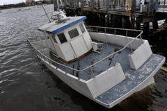 Βυθισμένη βάρκα στο κανάλι Sheepsheadbay στοκ φωτογραφία με δικαίωμα ελεύθερης χρήσης