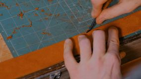 Βυρσοδέψης που εργάζεται με τη ζώνη δέρματος φιλμ μικρού μήκους