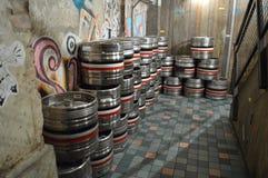 Βυτία μεταξύ του τοίχου γκράφιτι στοκ εικόνα με δικαίωμα ελεύθερης χρήσης