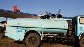 Βυτιοφόρο καυσίμων που ανεφοδιάζει σε καύσιμα παλαιό ρωσικό biplane φιλμ μικρού μήκους