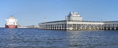 Βυτιοφόρο που ελλιμενίζεται στο LNG Swinoujscie τερματικό Στοκ εικόνες με δικαίωμα ελεύθερης χρήσης