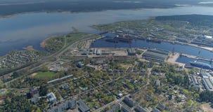 Βυτιοφόρο σκαφών πτήσης κηφήνων ναυπηγείων πόλεων της Ρήγας ποταμών Daugava και ναυτικό σκαφών απόθεμα βίντεο