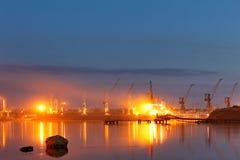 Βυτιοφόρο στο λιμένα λιμενική νύχτα Στοκ φωτογραφία με δικαίωμα ελεύθερης χρήσης