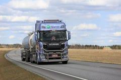 Βυτιοφόρο Scania επόμενης γενιάς στο δρόμο Στοκ Εικόνες