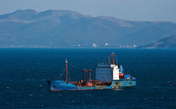 Βυτιοφόρο ust-Karsk στην άγκυρα στους δρόμους Κόλπος Nakhodka Ανατολική (Ιαπωνία) θάλασσα 18 02 2014 Στοκ Φωτογραφίες