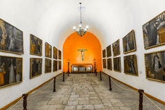 Βωμός και εικονίδια στην παλαιά εκκλησία σε Arequipa, Περού, Νότια Αμερική. Στοκ Φωτογραφία