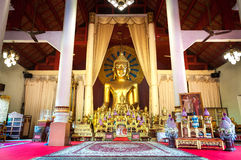 Βωμός και χρυσό άγαλμα του Βούδα στην κύρια αίθουσα προσευχής σε Wat Phra Σινγκ, Chiang Mai, Ταϊλάνδη στοκ εικόνα