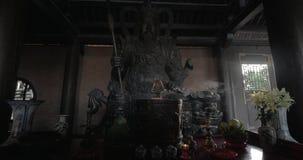 Βωμός με το άγαλμα του πολεμιστή Bai Dinh στο ναό, Βιετνάμ απόθεμα βίντεο