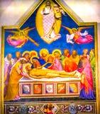 Βωμός σταύρωσης Χριστού Anointing που χρωματίζει την εκκλησία Αγίου Charles Στοκ φωτογραφία με δικαίωμα ελεύθερης χρήσης