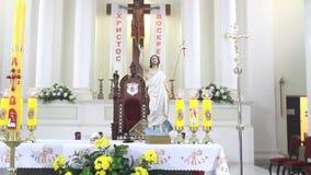 Βωμός στην καθολική εκκλησία την Κυριακή Πάσχας απόθεμα βίντεο