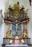 Βωμός του ιερού σταυρού στην εκκλησία της αμόλυντης σύλληψης σε Lepoglava, Κροατία Στοκ Φωτογραφία