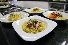 Βόειο κρέας, κοτόπουλο και πιάτο λαχανικών των κινεζικών νουντλς Στοκ εικόνα με δικαίωμα ελεύθερης χρήσης