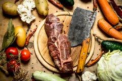 Βόειο κρέας με ένα τσεκούρι κρέατος και συστατικά για τη σούπα Στοκ φωτογραφίες με δικαίωμα ελεύθερης χρήσης