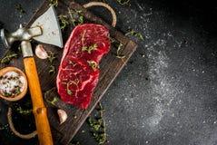 Βόειο κρέας με το τσεκούρι, το θυμάρι και τα καρυκεύματα Στοκ φωτογραφίες με δικαίωμα ελεύθερης χρήσης