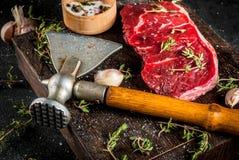 Βόειο κρέας με το τσεκούρι, το θυμάρι και τα καρυκεύματα Στοκ Φωτογραφίες