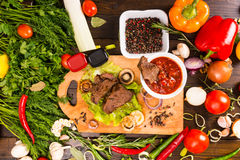 Βόειο κρέας με Salsa και τη γενναιοδωρία των φρέσκων λαχανικών Στοκ Εικόνες