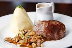 Βόειο κρέας που κόβεται με το ζωμό Στοκ Εικόνες