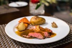 βόειο κρέας που ψήνεται σ& στοκ φωτογραφίες με δικαίωμα ελεύθερης χρήσης