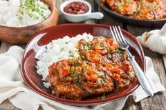Βόειο κρέας σε μια πικάντικη σάλτσα ντοματών με το ρύζι Στοκ εικόνα με δικαίωμα ελεύθερης χρήσης