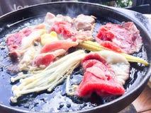 Βόειο κρέας στο καυτό τηγάνι στοκ φωτογραφία