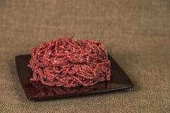 Βόειο κρέας στο καφετί υπόβαθρο Στοκ Εικόνες