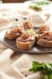 Βόειο κρέας φετών στο ψωμί Στοκ Εικόνες