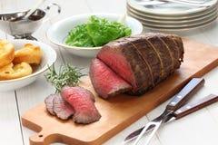 Βόειο κρέας ψητού με την πουτίγκα του Γιορκσάιρ στοκ φωτογραφία με δικαίωμα ελεύθερης χρήσης