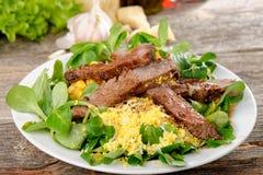 Βόειο κρέας ψητού με τη σαλάτα του arugula και του μαρουλιού Στοκ Εικόνες