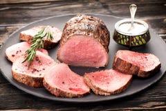 Βόειο κρέας ψητού με το αλάτι, το πιπέρι και το δεντρολίβανο στοκ φωτογραφίες με δικαίωμα ελεύθερης χρήσης