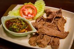 Βόειο κρέας ψητού στο πιάτο με τη σάλτσα Στοκ φωτογραφία με δικαίωμα ελεύθερης χρήσης