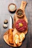 Βόειο κρέας tartare με τις κάπαρες και το κρεμμύδι Στοκ εικόνα με δικαίωμα ελεύθερης χρήσης