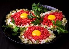 Βόειο κρέας tartare με το παστωμένο αγγούρι και το φρέσκο κρεμμύδι στοκ εικόνα με δικαίωμα ελεύθερης χρήσης