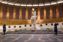 Βόλγκογκραντ Ρωσία 1 Απριλίου Μια φρουρά τιμής στην αιώνια φλόγα στο Pantheon της μάχης δόξας των ηρώων Stalingrad σε Mamayev Kur Στοκ Εικόνες